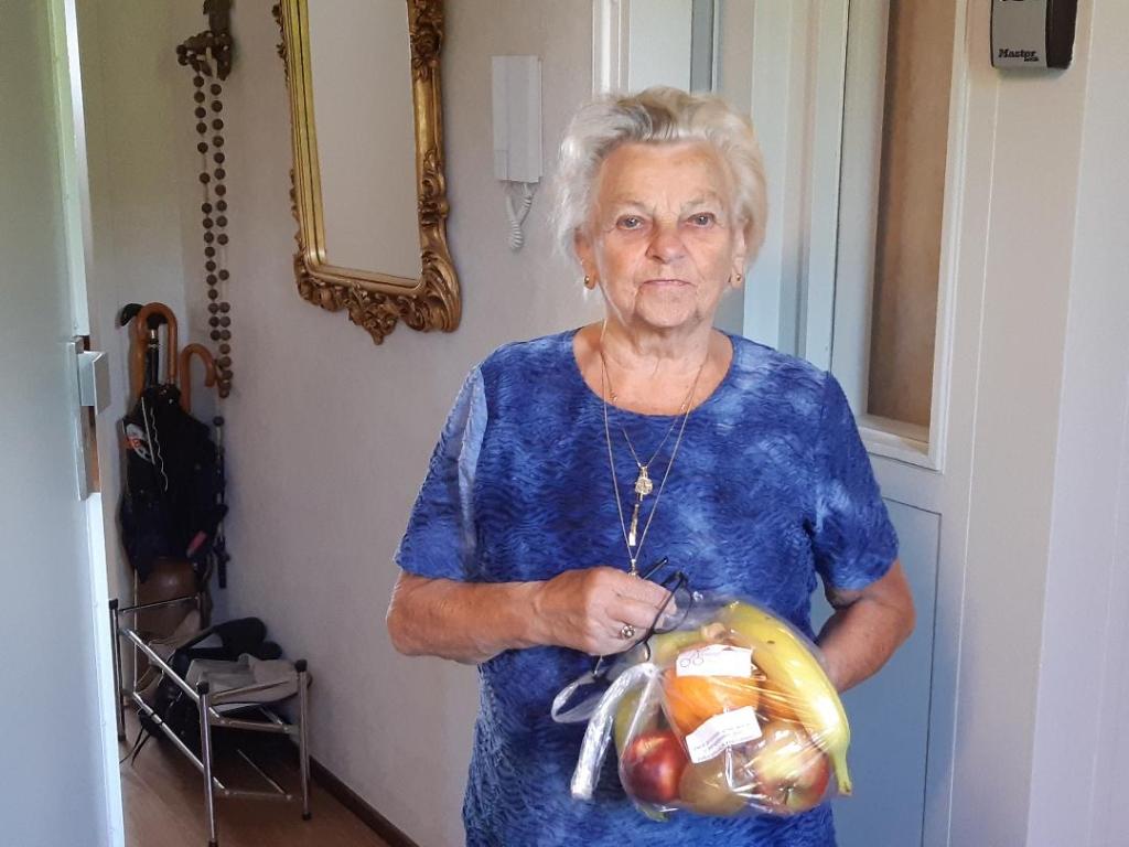 Een bezoeker van de lunch met het zojuist ontvangen pakketje.  © DPG Media