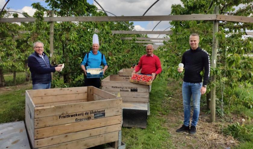 V.l.n.r.: Rob Gieling van het zalencentrum, Theo Wolters van De Stokhorst, Sjef Holland van de sociëteit en Nick Gieling.