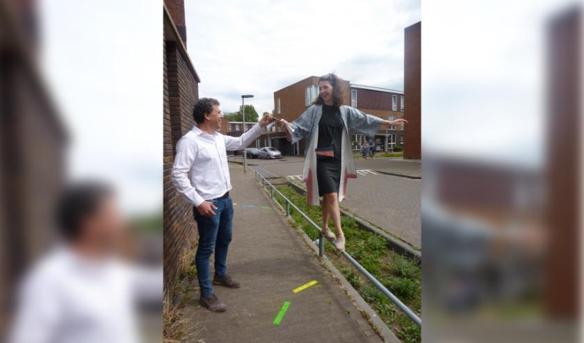Geert Geurken en Renske Bongers geven het goede voorbeeld. De speelspots nodigen uit de omgeving op een speelse manier te bekijken. (foto: Hilde Wijnen)