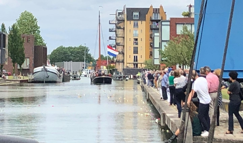 De kades in Vreeswijk stonden vol om de markante Vreeswijker, Dick Zijlstra, een goede laatste reis te wensen. Foto: Marja van Eijk