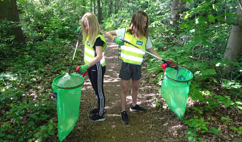 Mila en Julie ruimen zwerfafval op.