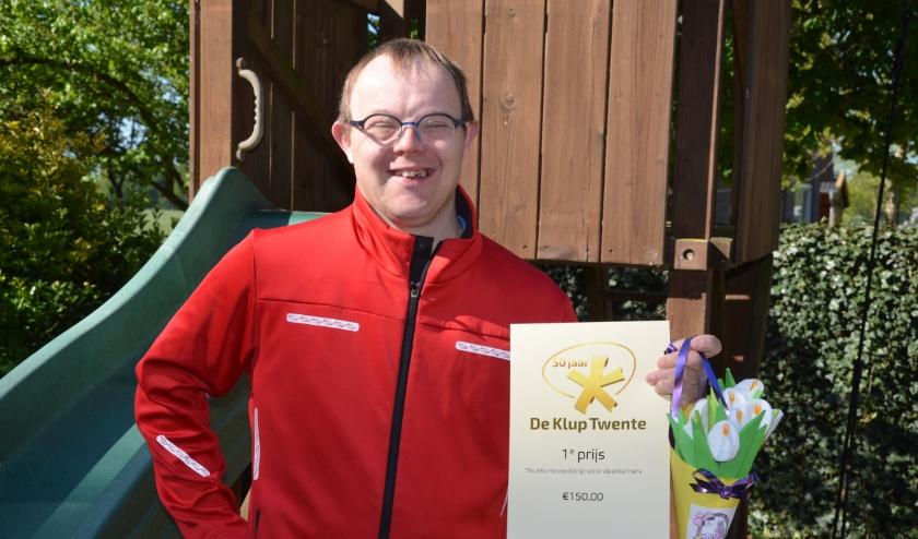 Eddy ter Keurs wint de Thuiskunstwedstrijd van De Klup Twente met een prachtig boeketje zelfgemaakte bloemen. (Foto: De Klup Twente)