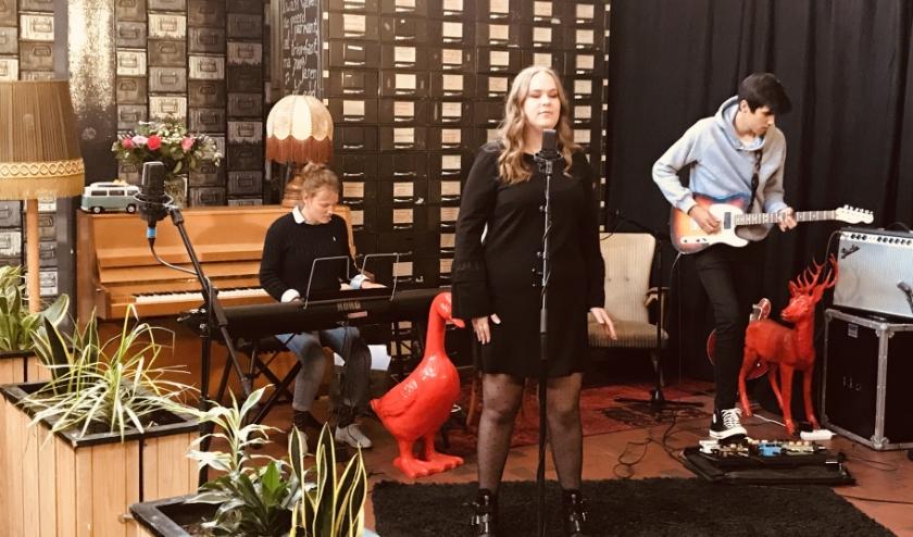 Het Thuis voor de buis-concert is vanaf zaterdag 16 mei te zien op VOS TV en wordt doorlopend op elk even uur herhaald t/m 22 mei.