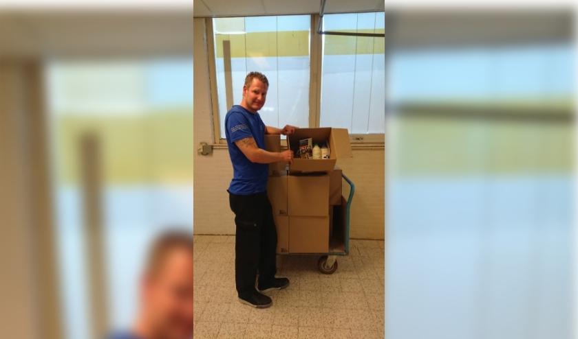 Een medewerker van Ipse de Bruggen met het pakket. (Foto: Ipse de Bruggen)