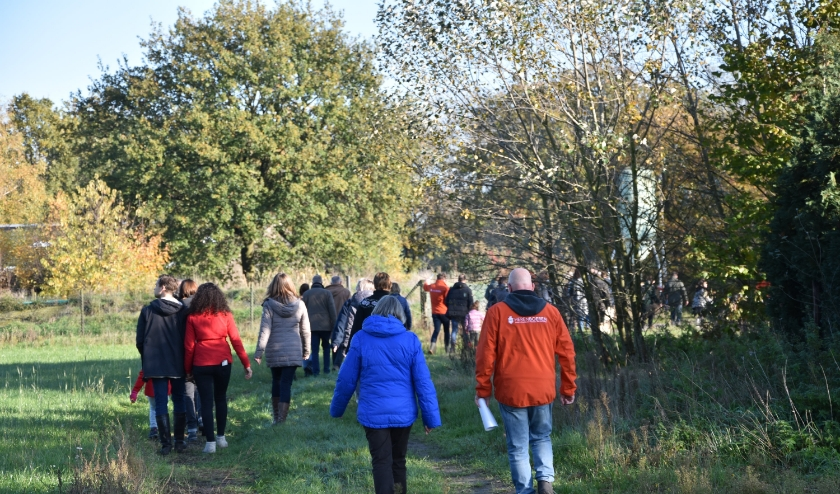 Tijdens de informatiebijeenkomst is ook tijd ingeruimd voor een rondleiding over de boerderij. Foto: Herenboeren.