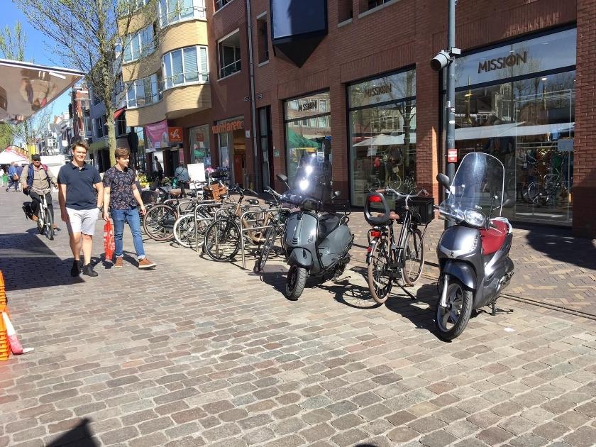 Tijdens marktdagen moet de fiets in de stallingen buiten de Hoofdstraat. (Foto's: Aart Aalbers)