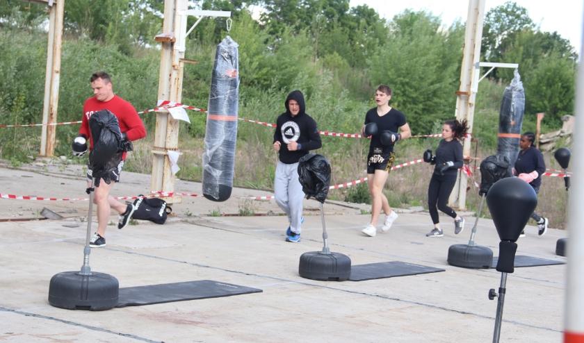 Omdat het binnen niet magen, oefenen de kickboksers in de buitenlucht aan de Parallelweg-West.
