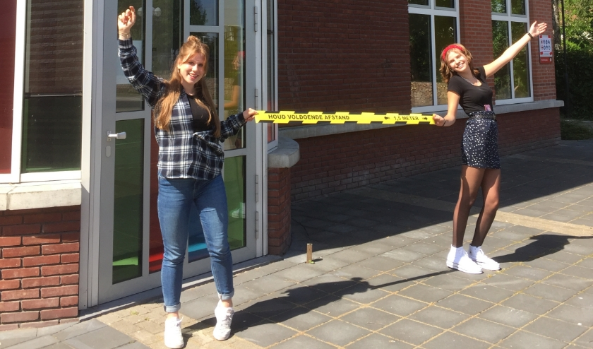 Havo 3 leerlingen Fleur Ebbers (rechts) en Julia Kraaijenbrink van het Canisius College hebben er zin in. En weten precies wat 1,5 meter is.