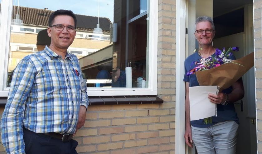 Jubilaris Patrick Buys (links) krijgt oorkonde en speldje overhandigd van voorzitter Linfano