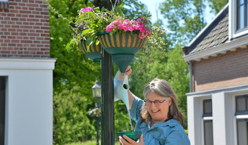 Jeannette Huizenga van 'Linschoten Natuurlijk' is een van de initiatiefnemers en verzorgers van de hanging baskets die onder andere de Linschotense Dorpstraat opfleuren. (Foto: Paul van den Dungen)
