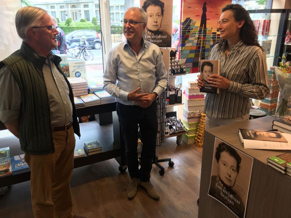 Robert Voskuil, Wim Kersten en Ernestine Hoegen bij de signeertafel in boekhandel Meijer & Siegers in Oosterbeek Foto: Michiel Köhne © DPG Media