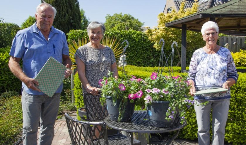 Jubilarissen Jannie van Wingerden en echtpaar Van dijk werden in het zonnetje gezet. (Foto: Cees van Meerten)