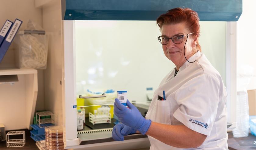 Hoofdanalist Jacqueline Mol met in haar handen de nieuwe sneltest. (Foto: St Jansdal)