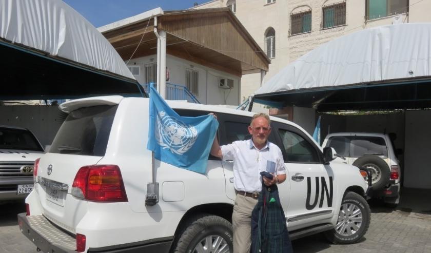 Jan Goudswaard op een VN-missie naar Gaza bij een gepantserde UN-auto.