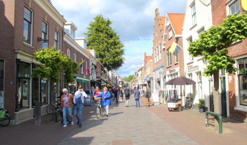"""Een stil stadje zonder weekmarkt. Marktbezoekers op het Podium reageren verdeeld: """"Wel praktisch maar niet gezellig."""" (Foto: Lysette Verwegen)"""