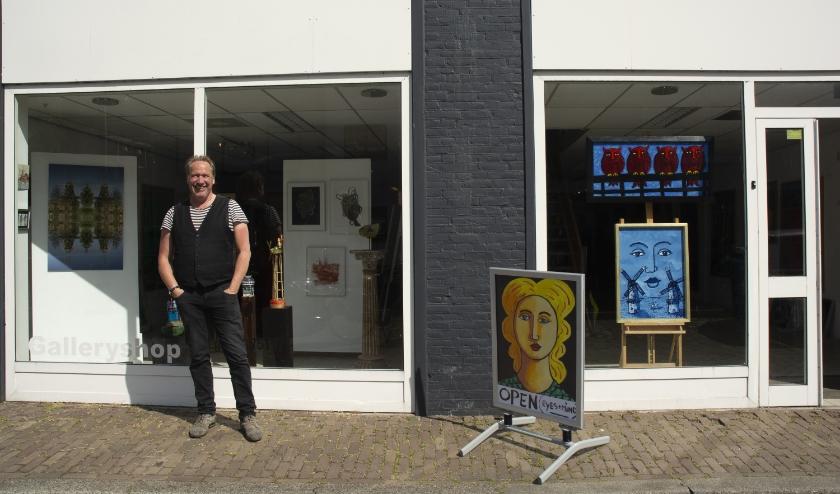 Jacques Tange heeft de expositie gewiekst ingericht. Je ziet vrijwel alle kunstwerken in de etalage. (Foto: Sasha Zuidam).