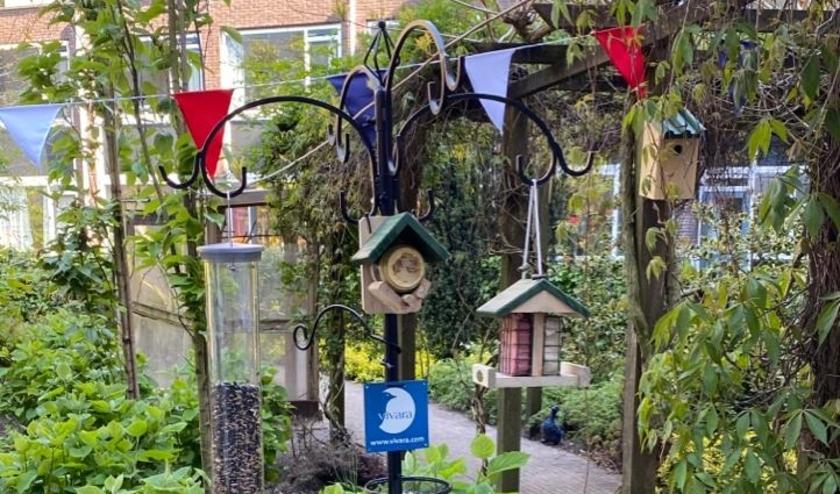 Honderd verpleeghuizen, verzorgingshuizen en hospices in Nederland worden gratis voorzien van een mooie vogelvoederplaats.