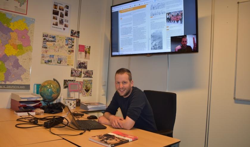 Robert-Jan Schigt, docent geschiedenis bij Pius X College heeft met behulp van filmpjes digitaal lesgegeven. (Foto: Van Gaalen Media)