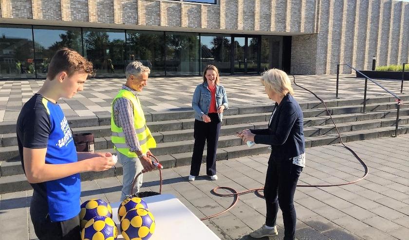 Renkums burgemeester Agnes Schaap (rechts) en wethouder Marinka Mulder bezochten de jeugdtraining van DKOD. DKOD-voorzitter Michiel Hupkes had gezorgd voor handgel en water.