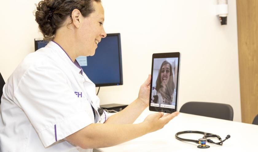 Patiënten vinden het prettig om via de tablet, het gezicht van de arts te zien. Foto: MMC.