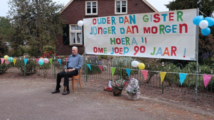 Joep Spaan poseert voor het kleurrijke spandoek dat zijn familie zondag bij zijn huis in de wijk De Woerd had opgehangen.
