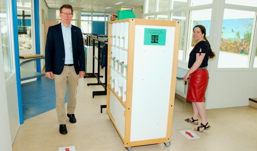 Pijlen geven de looprichting aan in de Banisschool. Links directeur Boom, rechts juf Ter Maat. (Foto: Gert Perdon)