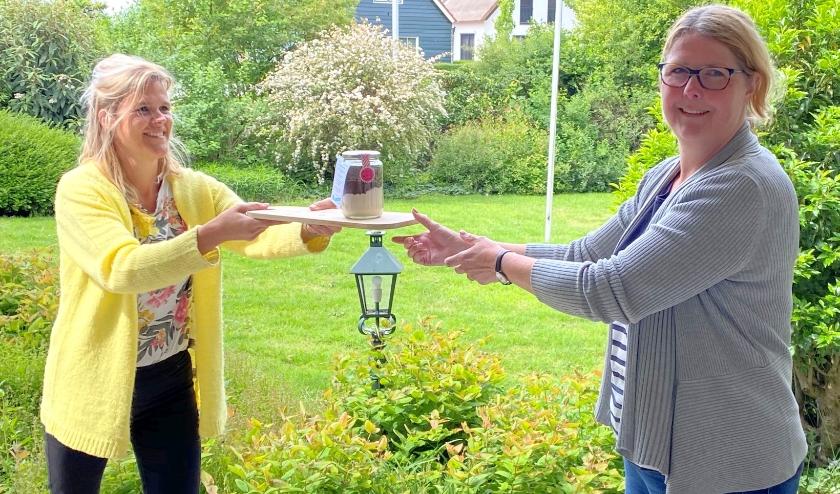 Alleen maar blije gezichten treffen de Linn Ontmoet-dames tijdens de veilige bezorging op afstand van de gevulde weckpotten. Links Linn-voorzitter Heidi Habben Jansen. (Foto: Janneke Severs-Hilgeman))
