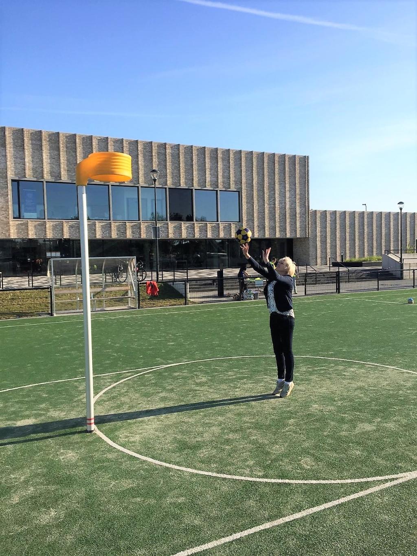 Renkums burgemeester Agnes Schaap laat zich van haar sportieve kant zien. Stijlvol probeert ze te scoren. Foto: DKOD © DPG Media