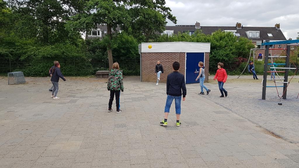 Wat hebben ze dat gemist: samen voetballen op het schoolplein. Foto:  © DPG Media