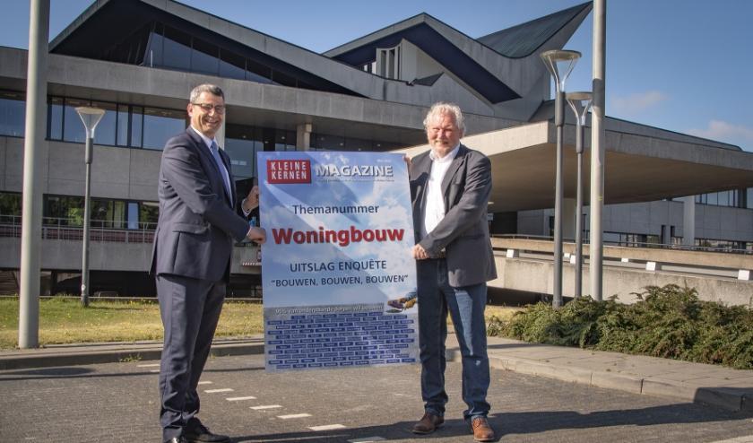 Gedeputeerde van Wonen en Ruimte, Erik Ronnes (CDA) ontvangt uit handen voorzitter Evert van Schoonhoven symbolisch het eerste exemplaar van het themanummer 'Woningbouw'. Foto: Jeroen Verhelst