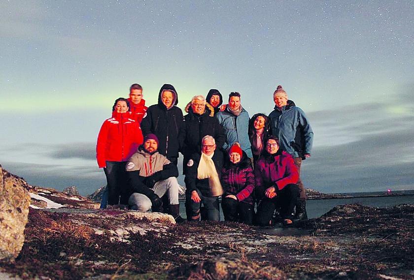 Werner en Daniëlle Willems poseren met de overige deelnemers aan de Noordkaap Challenge.