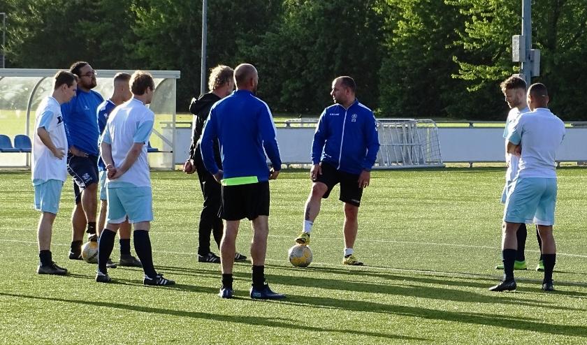 Trainer Ricky van den Berg (midden, met bal) laat er geen (kunst)gras over groeien en is al met de voorbereiding op het debuut in de tweede klasse begonnen. (foto: DPG/gsv)