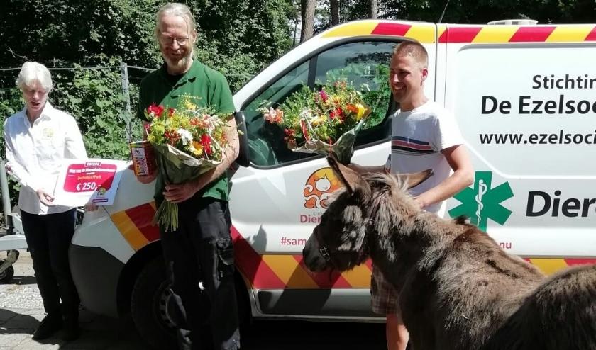 Stichting Dierenlot kwam de Ezelsociëteit verrassen met een cheque van 250 euro.