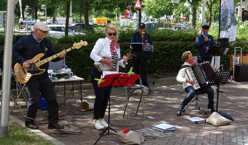Het Shantykoor Vlaardingen verraste de bewoners van Vaartland zaterdag met een optreden vanaf de parkeerplaats. (foto) DPG/gsv)