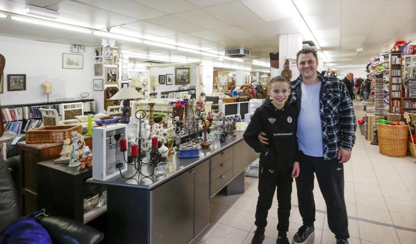 William Terburg met zijn zoon in de nieuwe kringloopwinkel aan de Willibrorduslaan 37. Foto: Jurgen van Hoof
