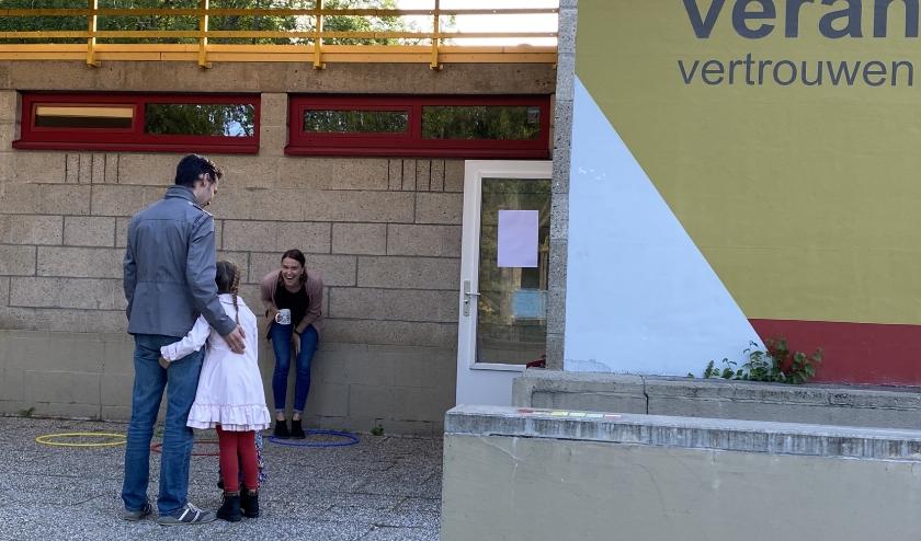 Juf Marije Willems verwelkomt haar leerlingen (foto: Andrea Gillise)