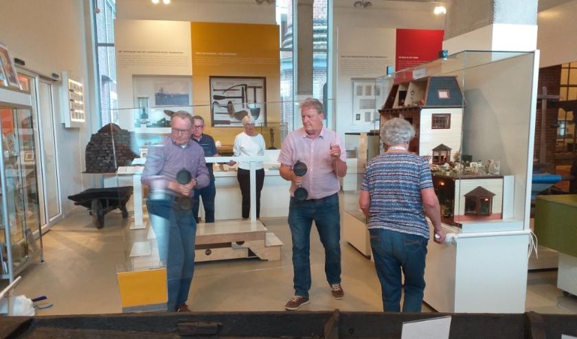 Museummedewerkers zijn bezig om schermen te plaatsen. (Foto: PR)