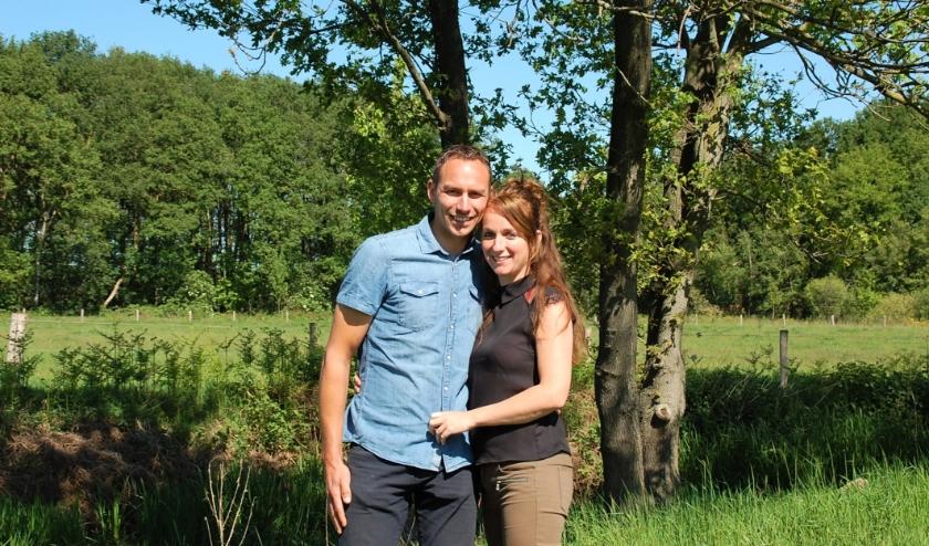 Voor Moniek Bruininx en Paul van den Biggelaar gaat de bruiloft niet door op 20 juni. Jammer, maar er zijn ergere dingen, zo vinden ze.