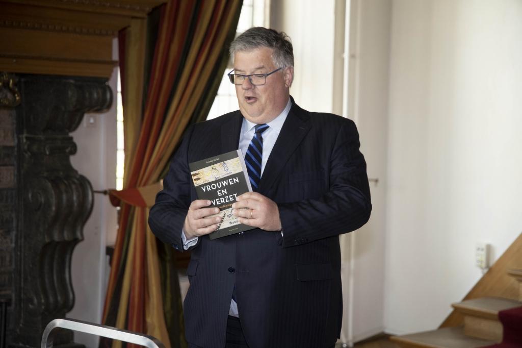 Burgemeester Hubert Bruls en het boek.  Foto: Gerard Verschooten © DPG Media