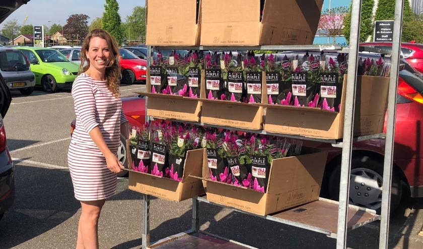 Melanie Barbier, medewerkster van Diverz, neemt de planten in ontvangst. (Foto: pr)