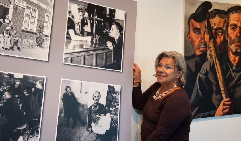 Medesamensteller Ans Dingemanse bij een van de panelen in het Polderhuis. FOTO: JAN DE JONGE
