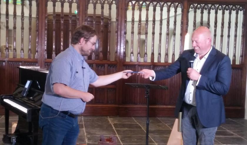 Harrie Stijf (links) overhandigt de eerste cd aan Zwier van der Weerd.