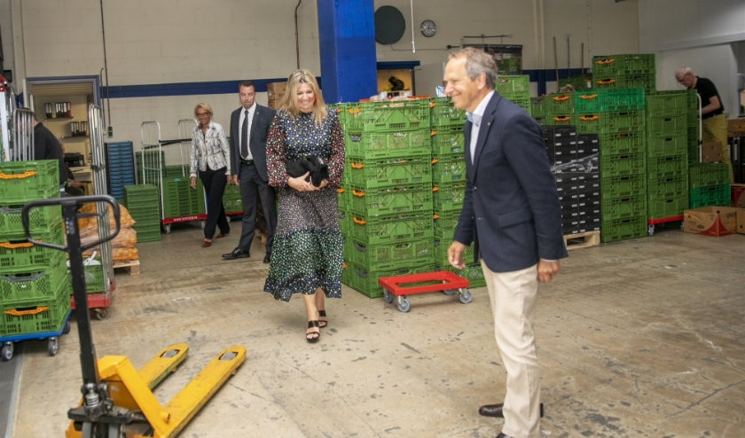 Koningin Maxima tijdens een bezoek aan het distributiecentrum van de Voedselbank. (foto: ANP POOL ROYAL IMAGES ALBERT NIEBOER)