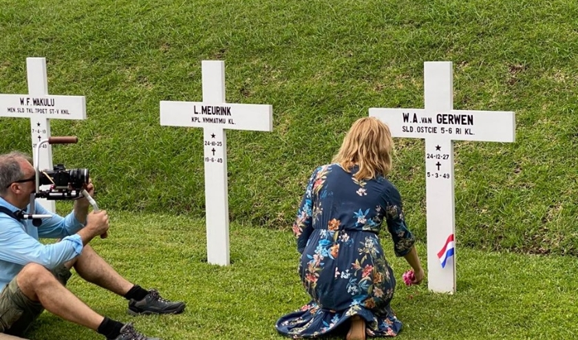 Voor haar documentaire, maar ook voor de Oorlogsgravenstichting, bezocht Hanneke Coolen-Colsters het ereveld Menteng Pulo.