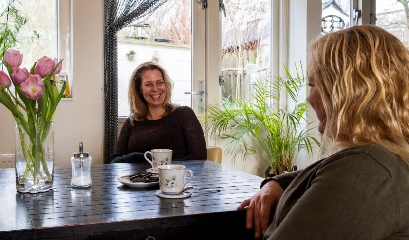 <p>Iris Cents (links) vond een luisterend oor bij Yvonne van Triest. Yvonne is een &lsquo;professionele vriendin&rsquo;.&quot; (foto Ilona Elants)</p>