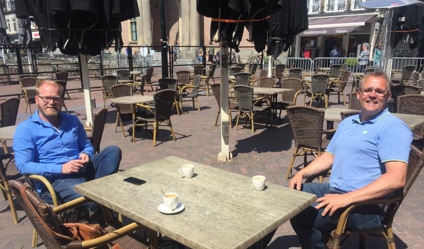 Maurice Huizing (De Boterlap) en Johan de Vries (Luigi's eten en drinken) zijn klaar om hun terrassen te heropenen. (foto: Marco Jansen)