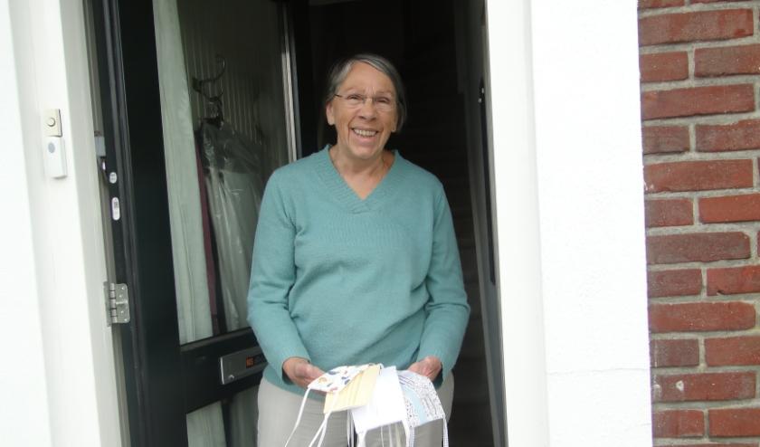 Yvonne Brandt uit Holten naait thuis mondkapjes. ''Ik kom mijn tijd wel door.'' (Foto: Leo Polhuijs)