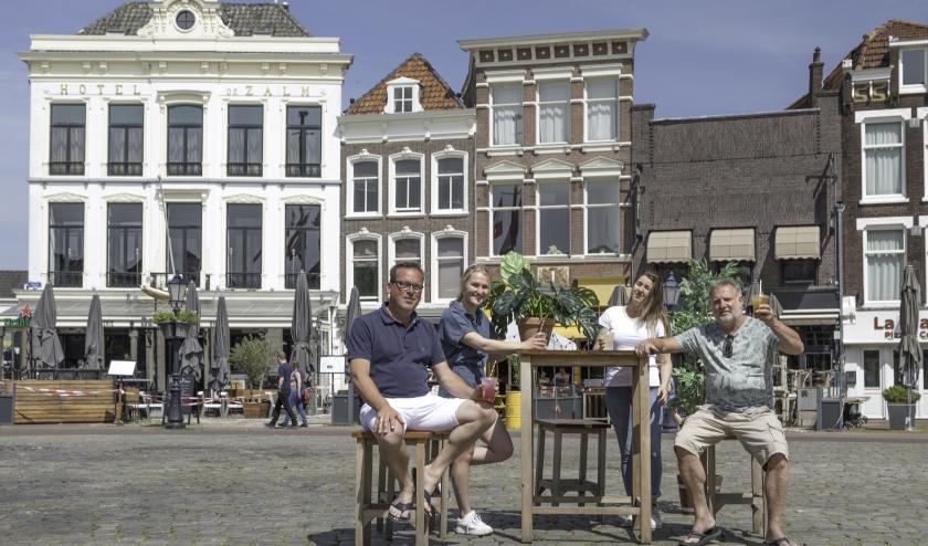 Ton Vergeer (rechts) samen met collega Joost Zekveld en twee gastvrije horecadames op een leeg Marktplein. (Foto Jan van den Berg)