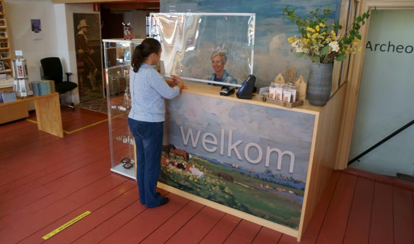 Op de balie van het Voerman Museum Hattem is nu een zogenaamd 'kuchscherm' geplaatst.