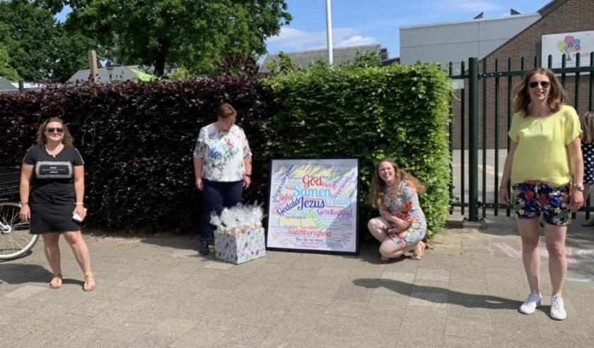 Canvasdoek op 1,5 meter aangeboden aan de directeur van de Keucheniusschool.